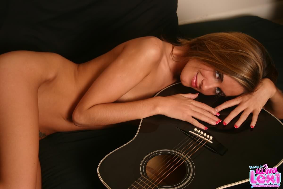Girl Plays Guitar Hero Nude Porn Video - Pornxscom